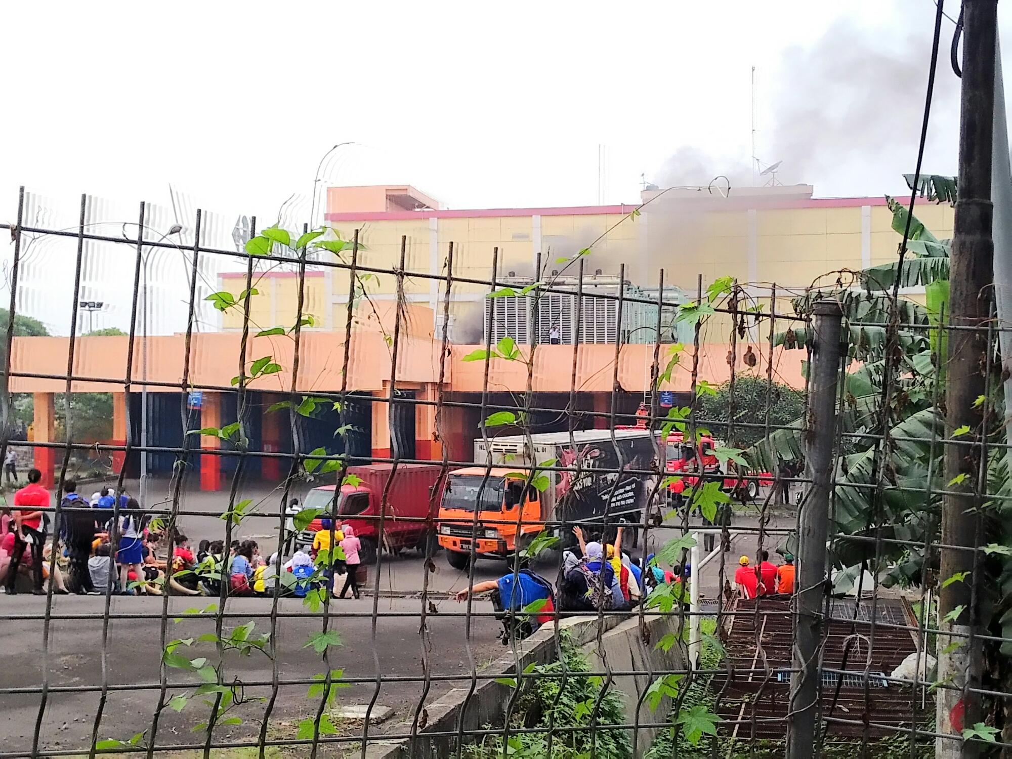 Asap Mengepul Di Blue Plaza Carrefour Bekasi Timur Prasetyo676 Com